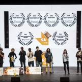 Foto ganadores con premios y trofeos